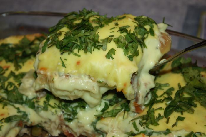 Домашняя лазанья с фаршем из курицы и сырным соусом