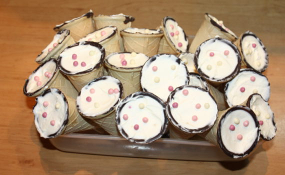 Вафельный рожок с кремом из маскарпоне и сливок