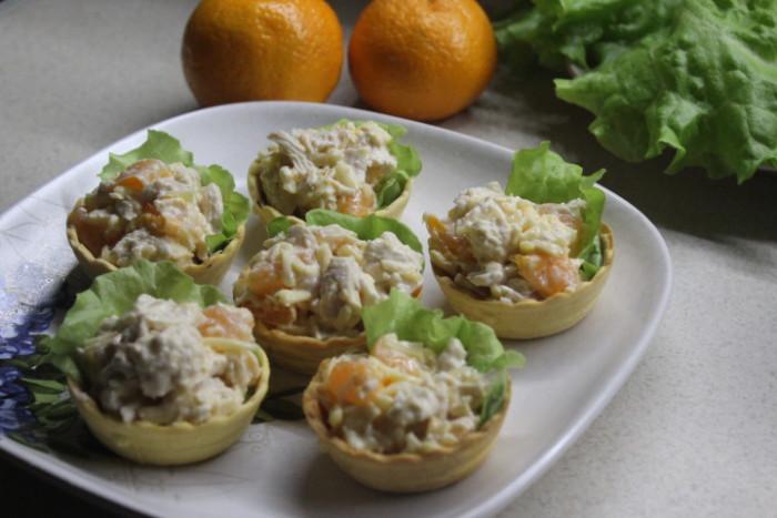 Салат с мандаринами и курицей в песочных тарталетках