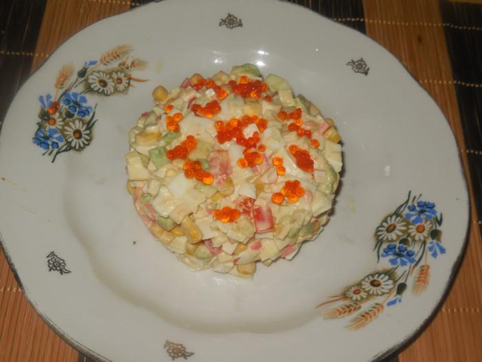 Новогодний салат Косточка с авокадо и крабовыми палочками