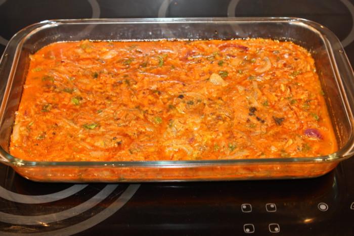 Запеченный мясной рулет с яйцом в грибном соусе в духовке