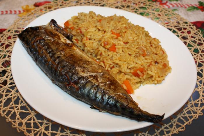 Скумбрия запеченная в духовке с луком и вкусный рисовый гарнир