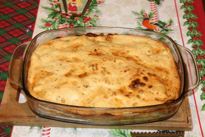 Бездрожжевой пирог с мясом и сырным соусом в духовке
