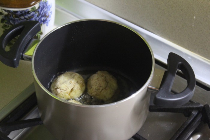 Хрустящие картофельные шарики с сыром во фритюре