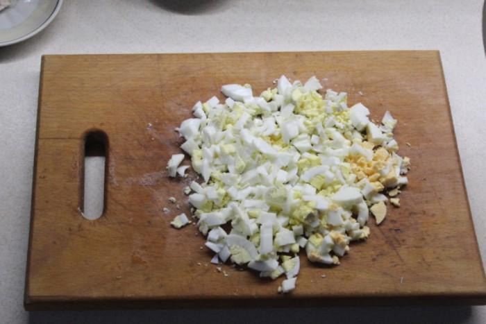 Ананасовый салат с жареными шампиньонами, курицей и маринованным луком - слоями