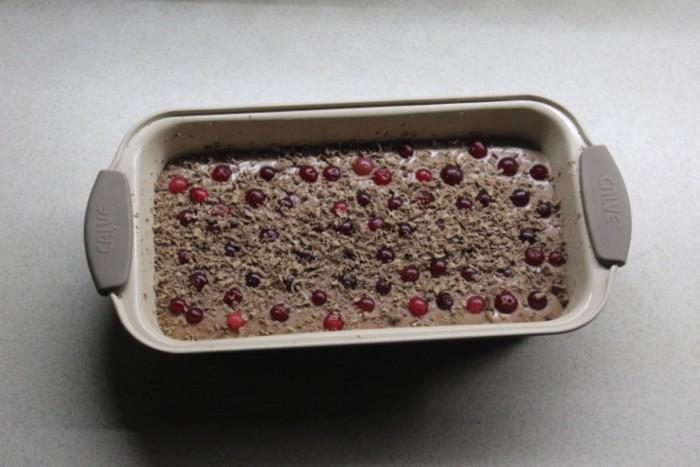 Домашний шоколадный кекс с клюквой в духовке