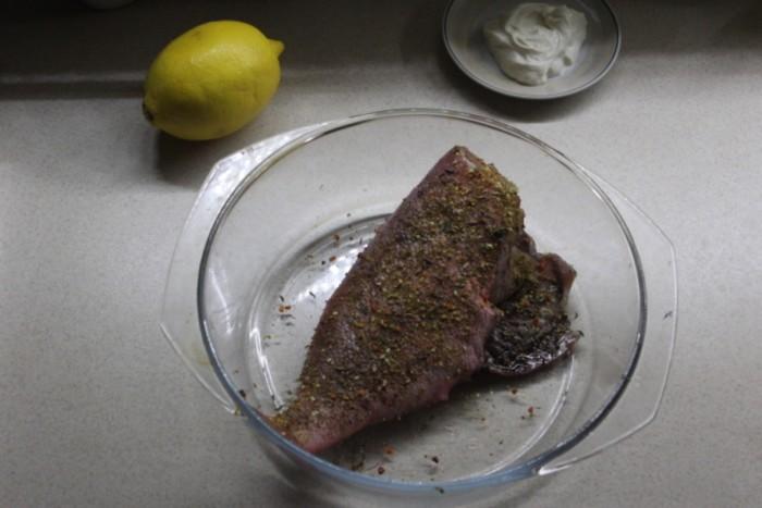 Морской окунь в сметане в духовке