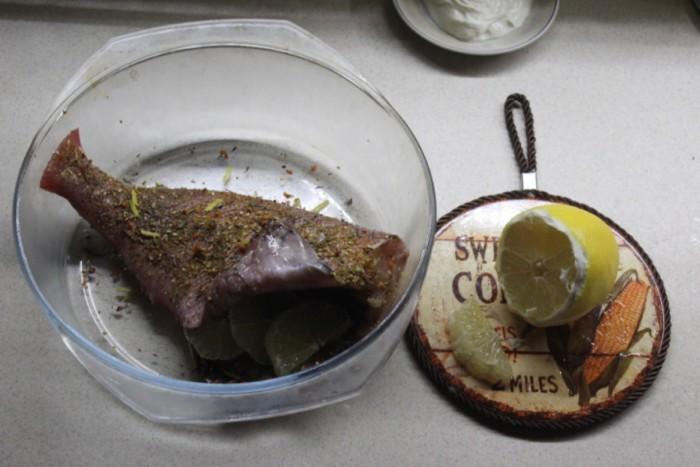 Морской окунь в духовке, с лимоном, травами и в сметане