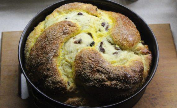 Медовый пирог-плетенка из дрожжевого теста с изюмом и ромом