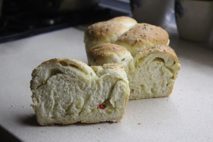 Итальянский хлеб с оливками и острым перцем