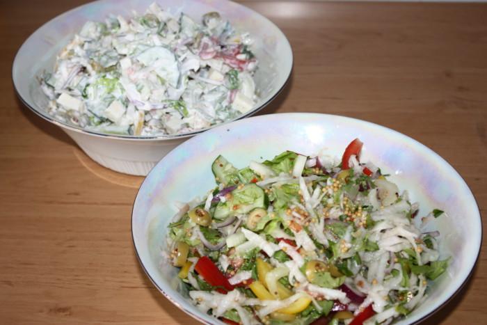 Овощной салат с сыром Моцарелла и двумя заправками