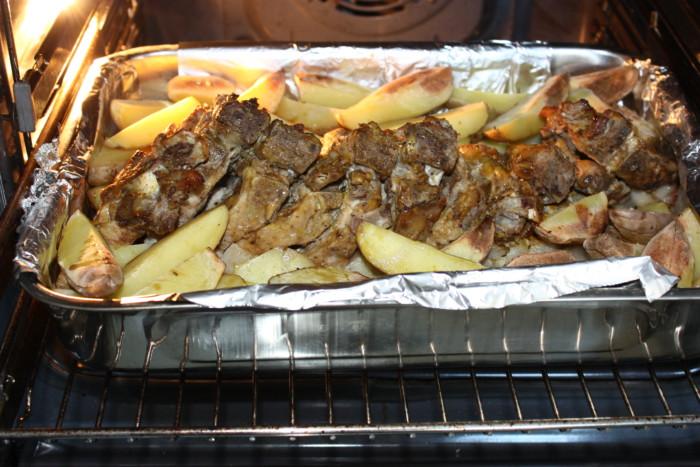 Запеченная картошка и грудинка на кости в духовке