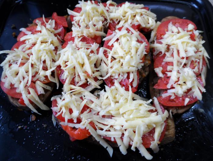 Запеченные баклажаны фаршированные фаршем и сыром