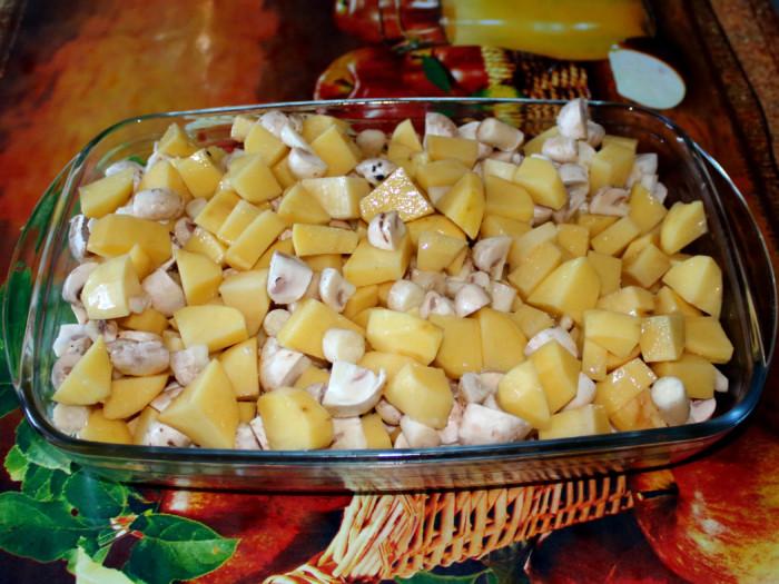 Запеченный картофель с грибами в томатном соусе