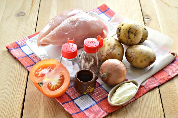 Картофель запеченный с куриным филе и помидорами