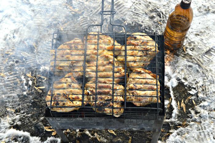 Сочный шашлык из куриных бедрышек на мангале на решетке