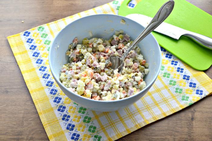 Салат оливье с ветчиной, горошком и сметаной