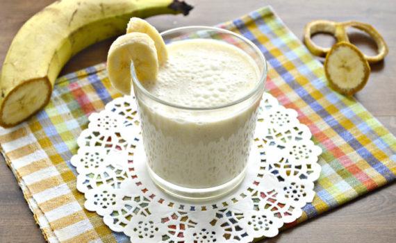 Лучший овсяный смузи с бананом, молоком и медом