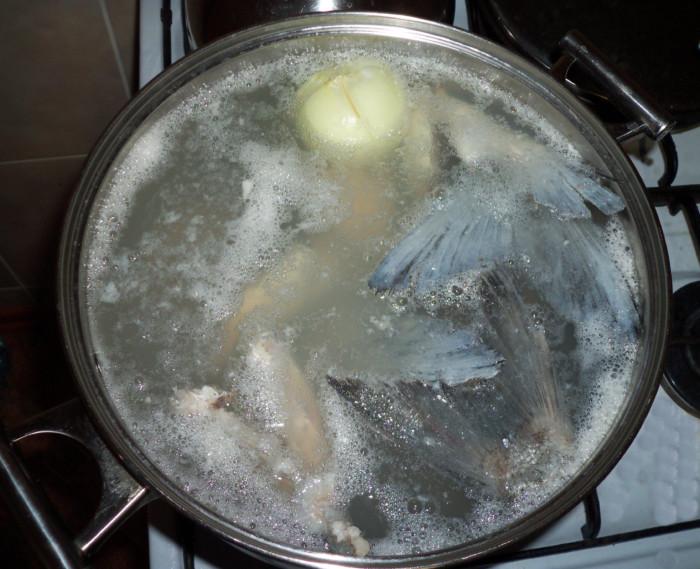уха из толстолобика с рисом