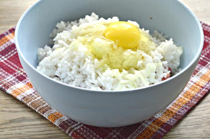 Тефтели из говяжьего фарша с рисом на сковороде
