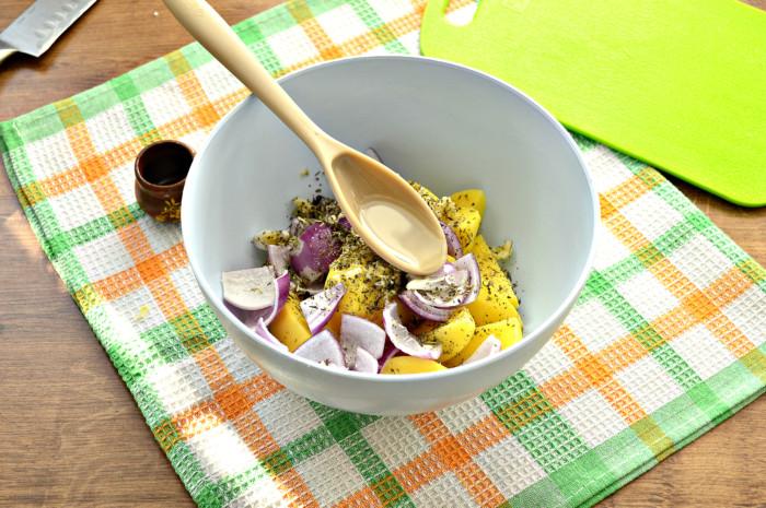 Картофель запеченный в духовке дольками с луком и травами