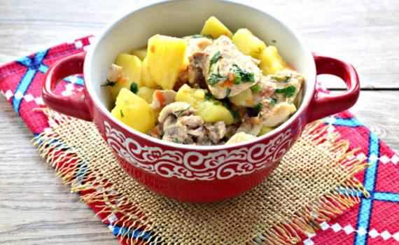 Картофель тушеный с курицей в кастрюле