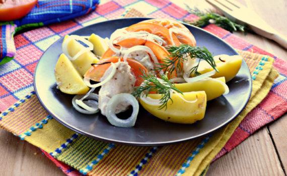 Куриные грудка запеченные с картофелем и помидорами в духовке