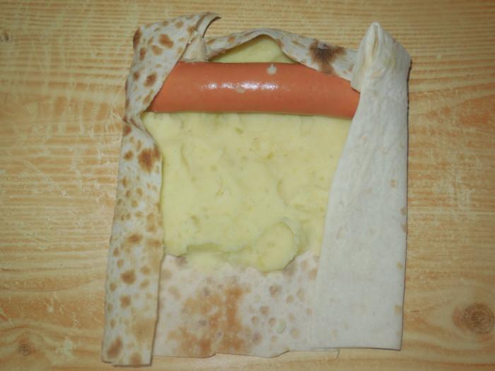 Горячие рулетики из лаваша с начинкой из картошки с сосиской