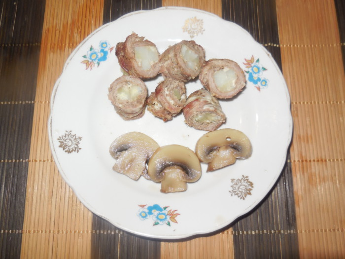 Мясные мини-рулеты с начинкой из картофеля запеченные в духовке