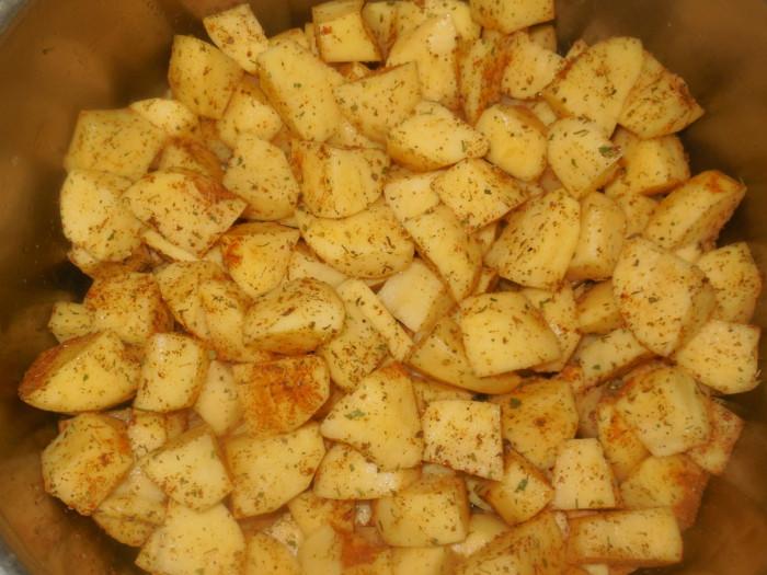 Солянка с сосисками и картошкой в мультиварке