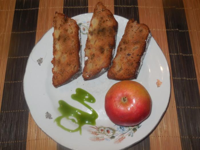 Простая яблочная коврижка на сметане, с вареньем, яблоками и халвой