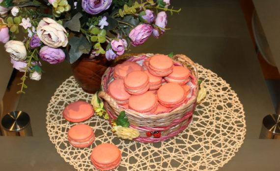 Розовое французское пирожное макарон