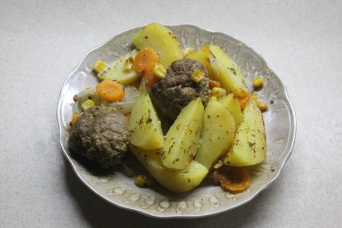 Диетические тефтели с картошкой в духовке