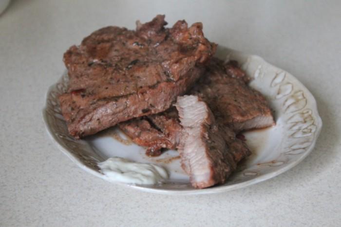 Домашний стейк из говядины на сковороде