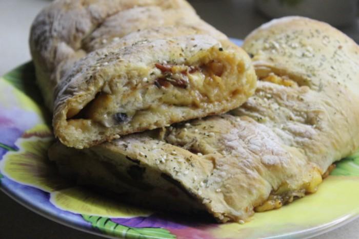 Итальянская пицца стромболи - пицца-рулет