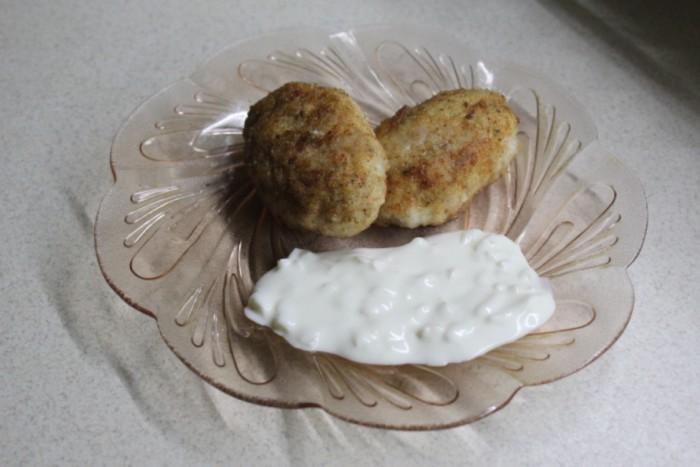 Универсальный сметанный соус с маринованным луком