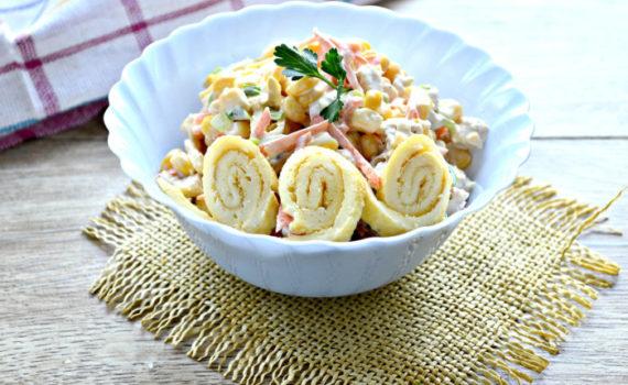 Салат с яичными блинчиками и курицей с кукурузой