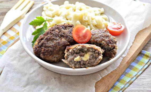 Мясные котлеты с сыром на сковороде