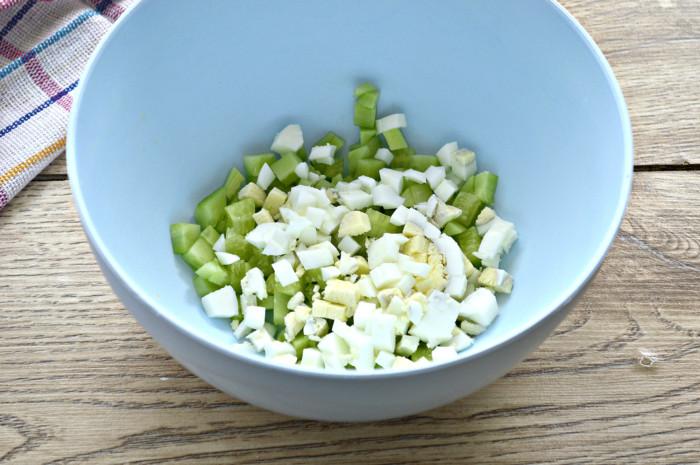 Салат с фасолью консервированной и сухариками