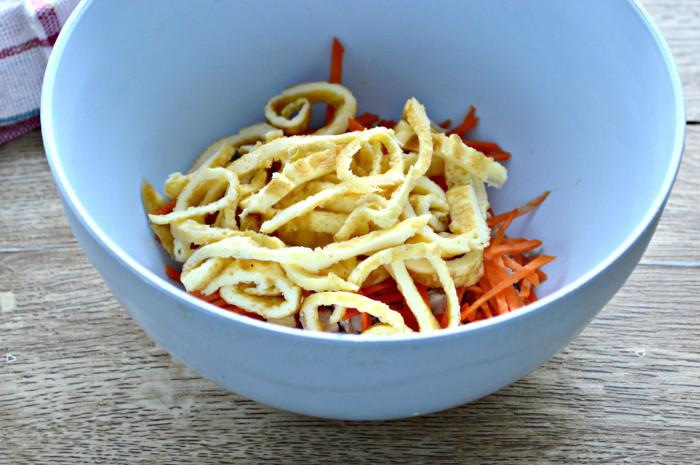 Салат с яичным блином, курицей и кукурузой