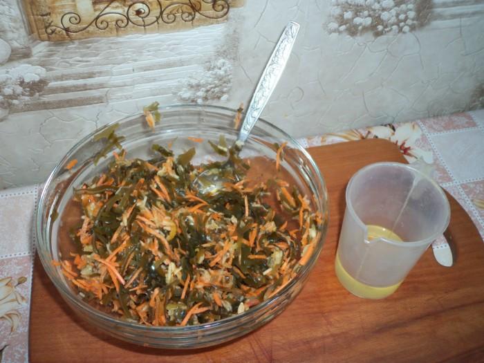Простой и очень вкусный салат из морской капусты с морковью и яблоком