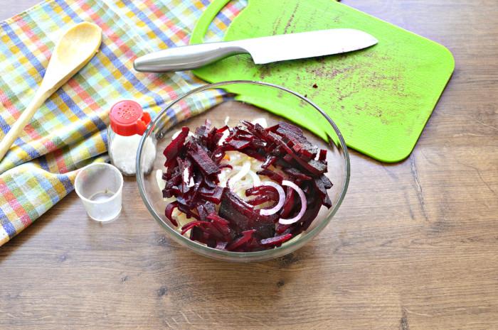 Постный салат из квашеной капусты со свеклой