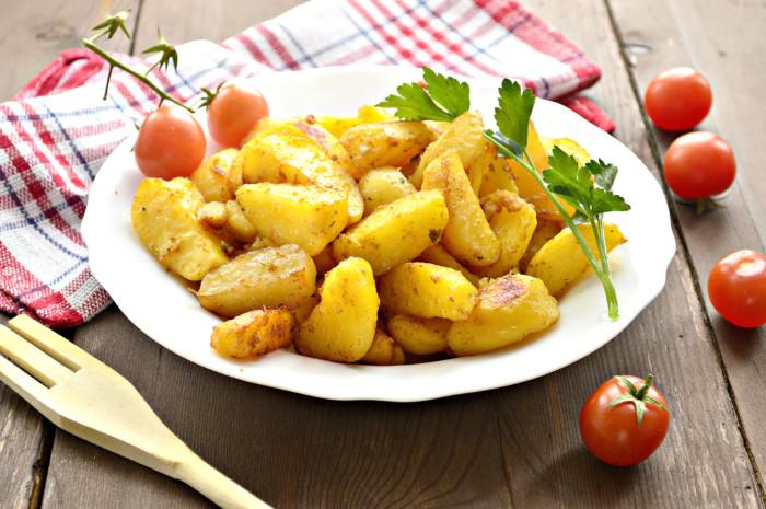 Румяный запеченный картофель в соевом соусе дольками
