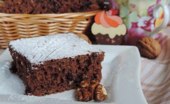Кофейно-шоколадный пирог с орехами и черникой