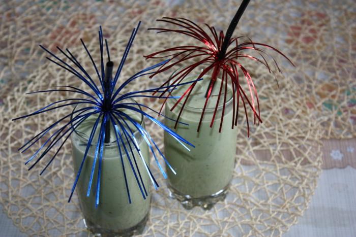 Зеленый молочный коктейль с бананом, овсяными хлопьями, яблоком и шпинатом
