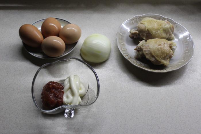 Слоеный салат с курицей и маринованным луком