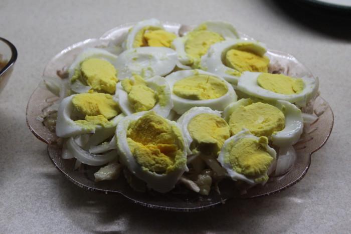 Куриный салат с маринованным луком слоями