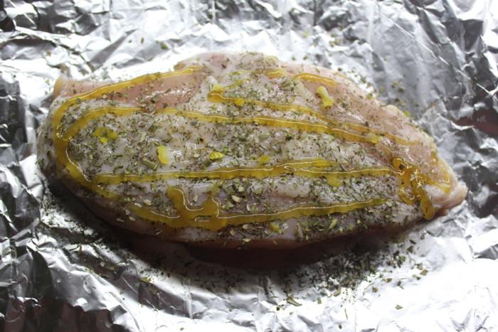 Куриная грудка запеченная в фольге с медом, чесноком и пряными травами