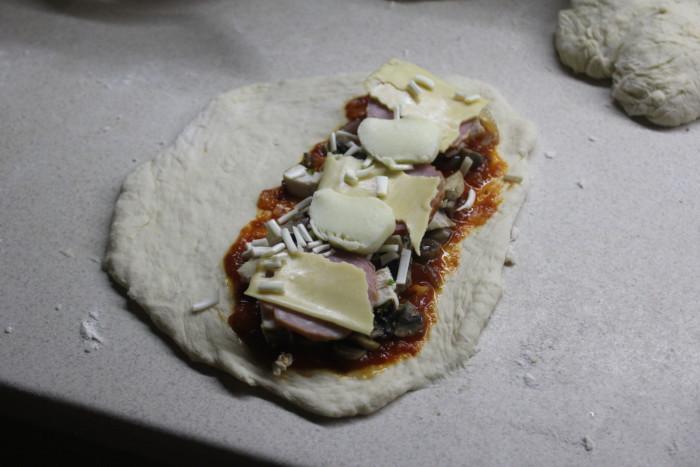Закрытая пицца кальцоне с курицей, сыром и грибами