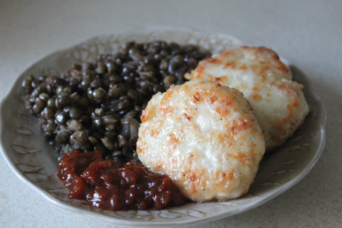 Диетические куриные тефтели с рисом с подливкой из сметаны